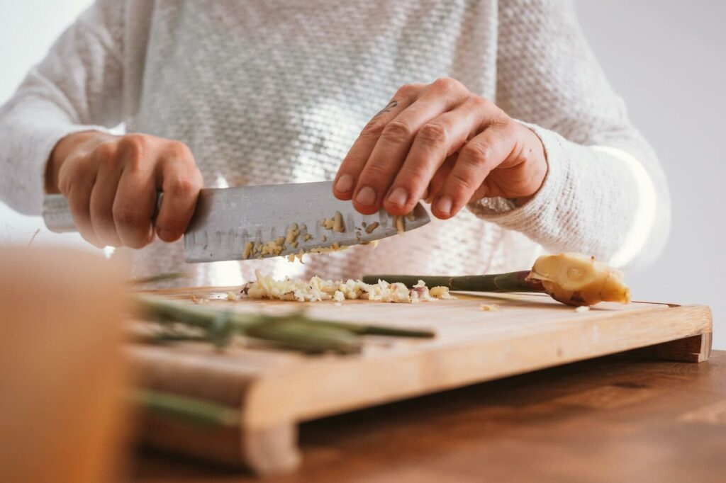 how to get rid of cooking smells in small apartment - soak the chopping board